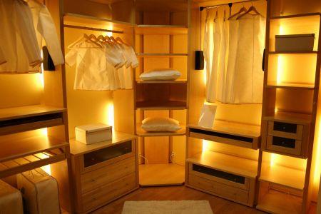 Современная гардеробная с подсветкой