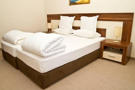 Современная кровать с тумбами