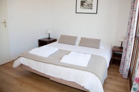 Красивая кровать из экокожи