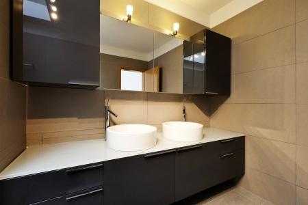 Современная глянцевая мебель для ванной