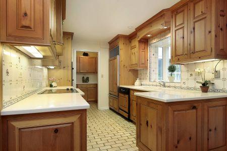 Большая кухня из дерева