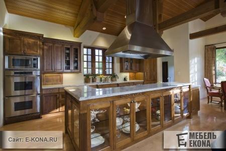 Красива кухня из массива дерева
