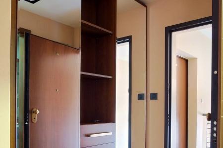 Шкаф с полками и зеркальными дверьми