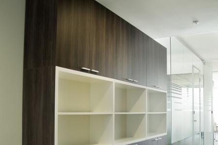 Современный шкаф с полками
