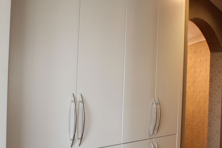 Стильный распашной шкаф